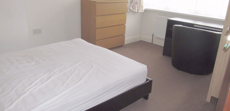 Upmarket Spacious 4 Bed Semi, Ample Driveway Parking, Ideal for Placement Students