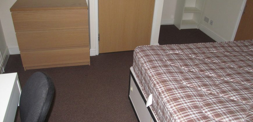** NO STUDENT FEES ** Including Bills, Renovated, Refurbished, Spacious 3 Double Bedroom Apartment * Recently Refurbished and Redecorated * Fully Furnished * Newly Fitted Kitchen
