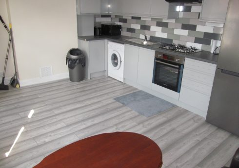 Brand New Refurbishment, Spacious 3 Double Bed Apartment