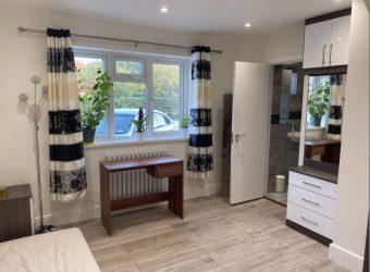 Upmarket ALL BILLS INCLUDED 1 Bedroom Studio Apartment, Parking
