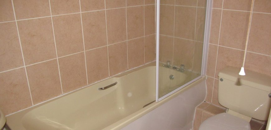 Upmarket Spacious 1 Double Bed Apartment, Ample Storage