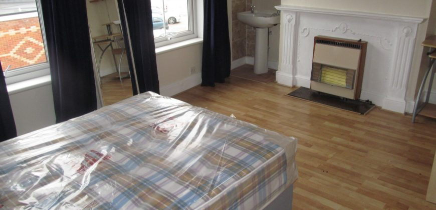 Refurbished, Spacious 2 Bath 5 Double Bed Semi, Ample Off Road Parking