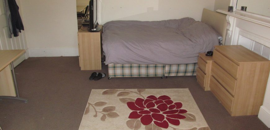 8 Double Bed 2 Bath 2 Kitchens Superior Student House, Driveway Parking, Ideal Location for Local Facilities and University