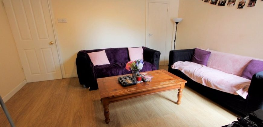 Spacious Upmarket Superior 4 Double Bedroom House, Modern Kitchen, Large Lounge