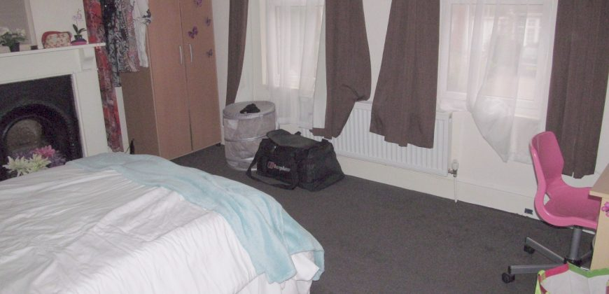 Spacious 2 Bath 5 Double Bedroom House, Excellent Condition, Ideal for Students