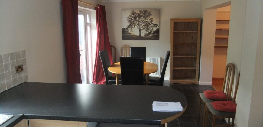 Spacious Upmarket 4 Double Bed House, 2 Spare Rooms, Lounge, Dining Room, Huge Kitchen, Driveway Parking, Massive Garden