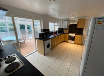 Spacious Modern 6 Double Bed House, 2 Shower Rooms, Off Road Parking, Lounge, Conservatory