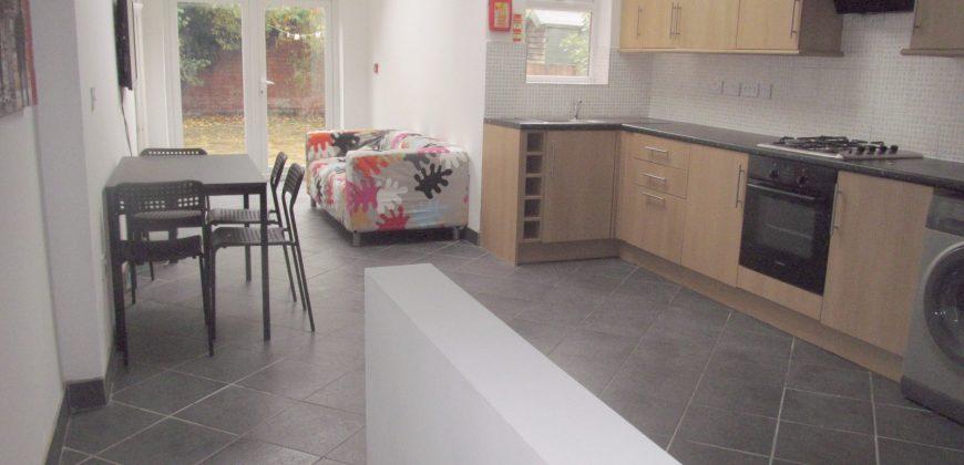 Spacious Superior 6 Double Bed 3 Bath House, Massive Communal Lounge / Kitchen