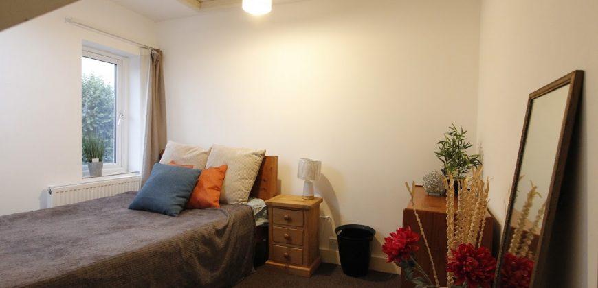 Upmarket, Spacious, 5 Double Bedroom 2 Bath Flat, Off Road Parking